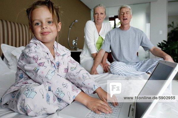 hinter  sitzend  benutzen  Portrait  Notebook  Großeltern  Mädchen