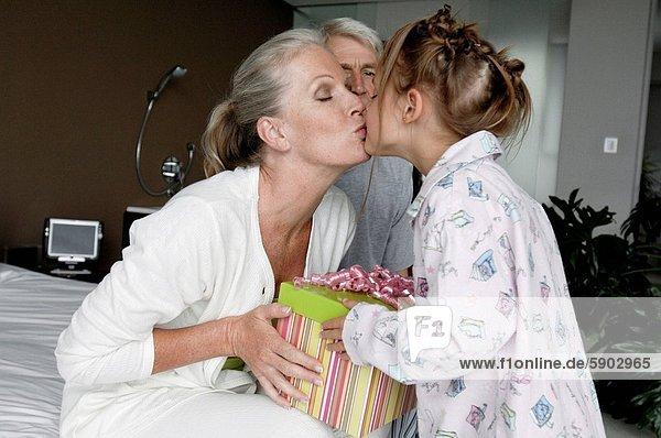 Profil  Profile  küssen  Großmutter  Seitenansicht  Mädchen