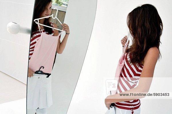 anprobieren  Profil  Profile  Frau  frontal  jung  Seitenansicht  Kleid  Spiegel
