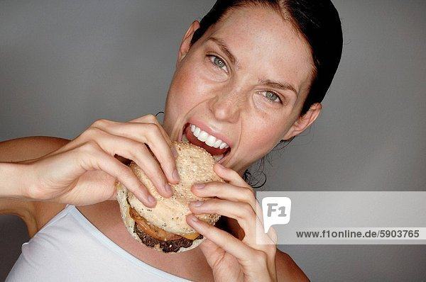 Portrait  Frau  jung  Hamburger  essen  essend  isst