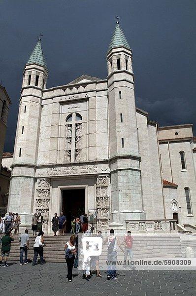 gehen  Tourist  Kirche  frontal  Italien  Umbrien