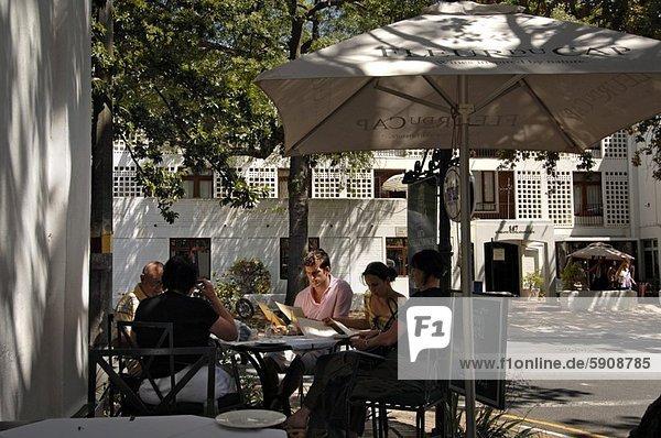 Südliches Afrika  Südafrika  sitzend  Zusammenhalt  Mensch  Menschen  Menschengruppe  Menschengruppen  Gruppe  Gruppen  Weg  Cafe  Western Cape  Westkap  Stellenbosch