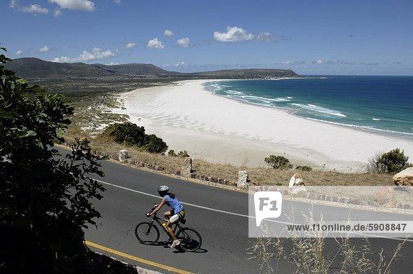 Südliches Afrika  Südafrika  hoch  oben  nahe  Frau  Strand  fahren  Ansicht  Flachwinkelansicht  Fahrrad  Rad  Western Cape  Westkap  Winkel  Kapstadt