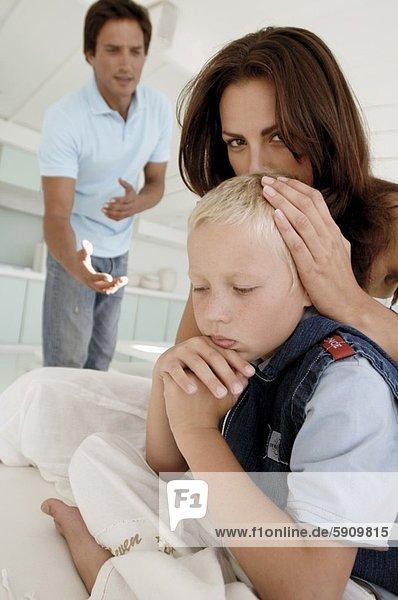 sitzend  stehend  Portrait  Frau  Sohn  Bett  Hintergrund  Mittelpunkt  Erwachsener  Ehemann