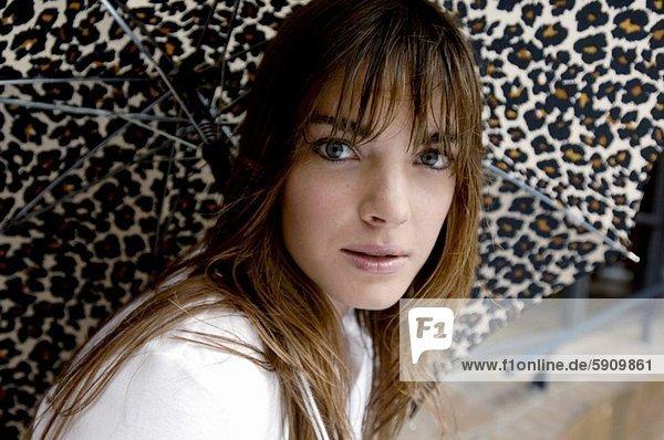 Portrait einer jungen Frau mit einen Regenschirm
