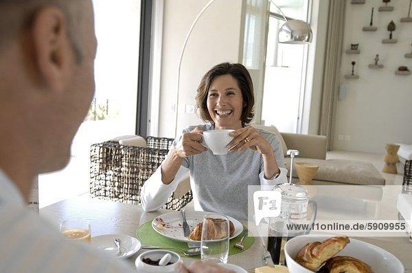 reifes Paar dem Frühstück