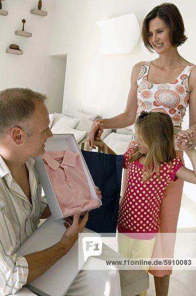 zeigen  Mann  Ehefrau  Hemd  Mittelpunkt  Tochter  Erwachsener