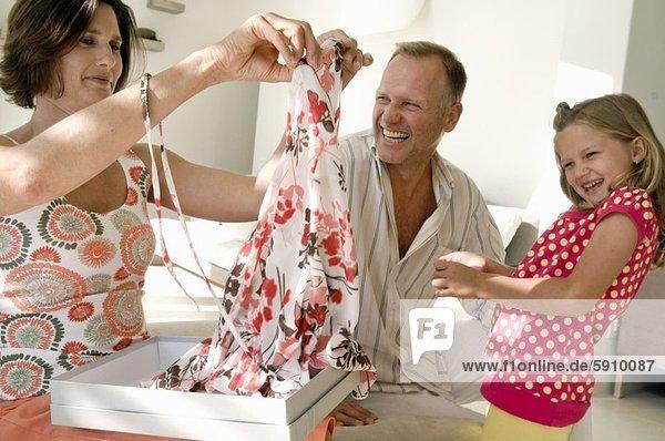 Frau lächeln halten Close-up Mittelpunkt Tochter Erwachsener Kleid Ehemann