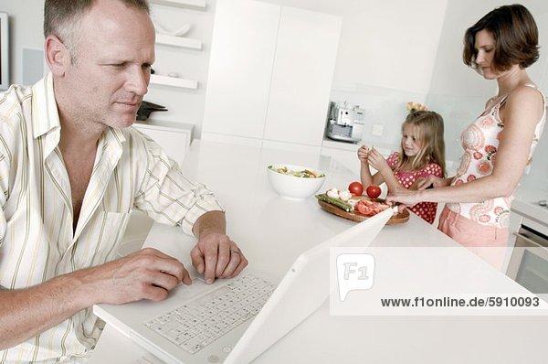 benutzen Mann Notebook Ehefrau arbeiten Hintergrund Close-up Mittelpunkt Tochter Erwachsener