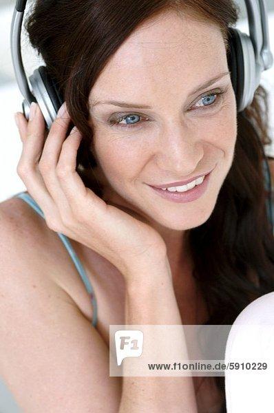 Frau  zuhören  lächeln  Close-up  close-ups  close up  close ups  Musik  Mittelpunkt  Erwachsener