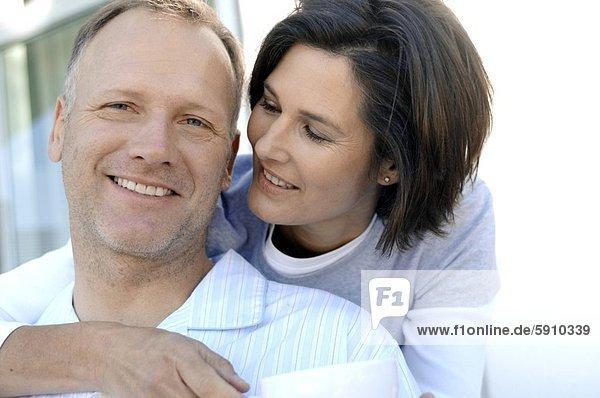 Nahaufnahme einer Reifen Frau umarmen einen älterer Mann von hinten