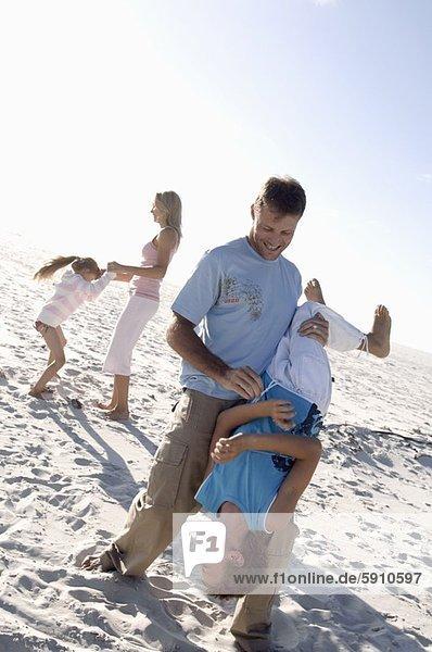 Mann  Ehefrau  Sohn  halten  Hintergrund  Mittelpunkt  Tochter  kopfüber  Erwachsener  spielen