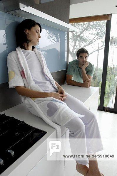 Profil  Profile  sitzend  Frau  Mann  sehen  Küche  Mittelpunkt  Seitenansicht  Erwachsener  Tresen