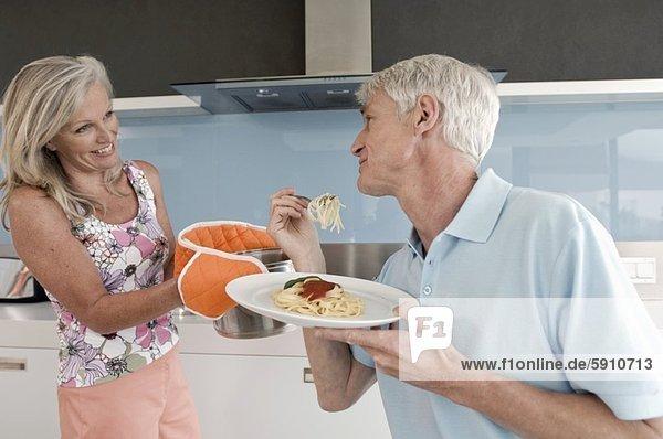 Senior  Senioren  sehen  Küche