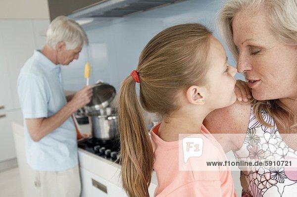 Senior  Senioren  Frau  Mann  Hintergrund  Enkeltochter  säugend