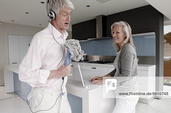 Senior  Senioren  benutzen  Frau  Mann  Notebook  halten  Wischmopp