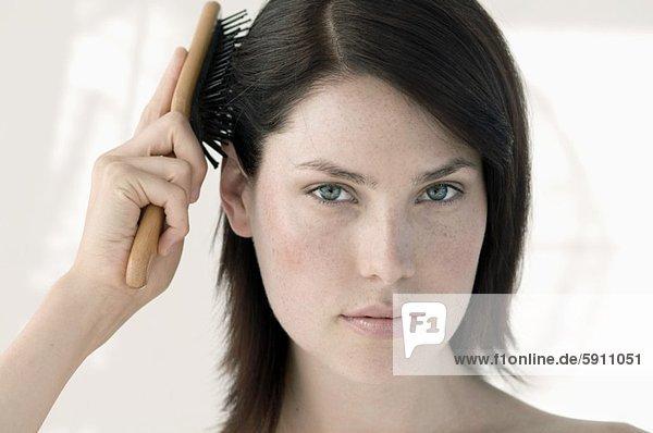 Portrait  Frau  Mittelpunkt  Bürste  Haarbürste  Bürste  Erwachsener  Haar