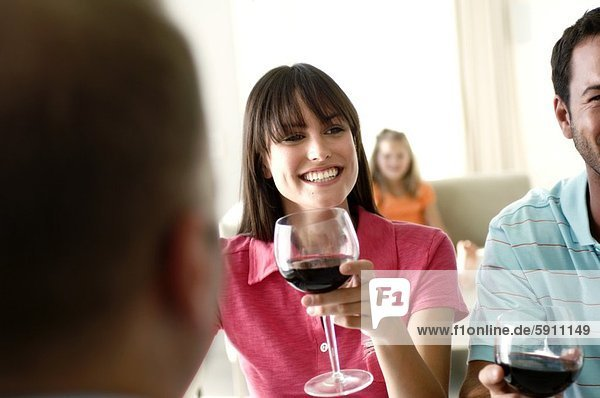 lächeln , Wein , halten , rot , jung