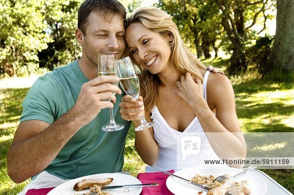 lächeln  zuprosten  anstoßen  Mittelpunkt  Erwachsener  Champagner
