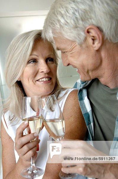 Senior  Senioren  lächeln  Close-up  close-ups  close up  close ups  zuprosten  anstoßen  Champagner