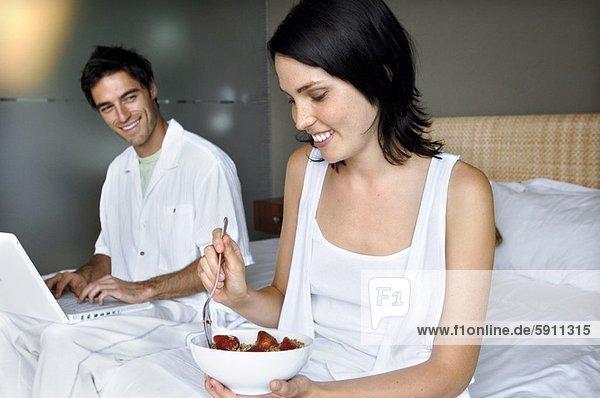 nebeneinander  neben  Seite an Seite  benutzen  Frau  Mann  Notebook  halten  Mittelpunkt  Erwachsener  Frühstück