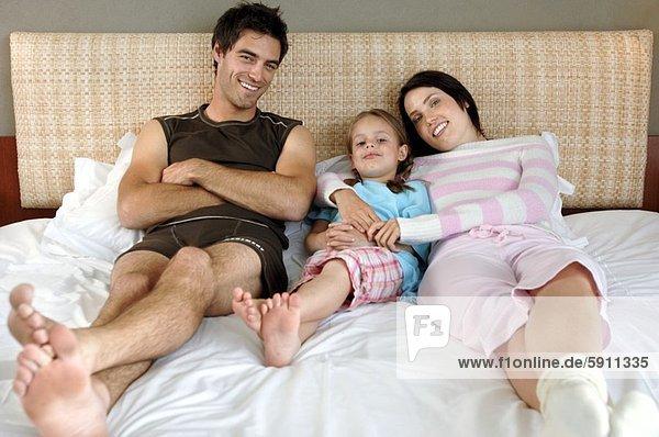 liegend  liegen  liegt  liegendes  liegender  liegende  daliegen  Portrait  Bett  Mittelpunkt  Tochter  Erwachsener