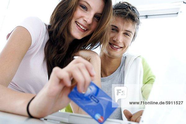 benutzen  Portrait  Frau  Mann  lächeln  Kredit  jung  Kreditkarte  Karte  Internet