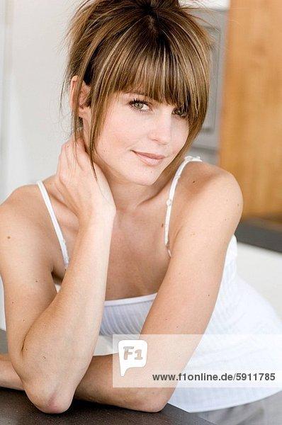 angelehnt  Portrait  Frau  Küche  lächeln  jung  Tresen