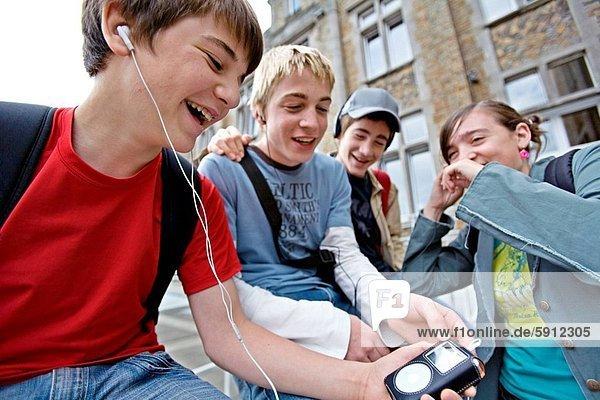 nebeneinander  neben  Seite an Seite  Jugendlicher  zuhören  Freundschaft  Junge - Person  Musik