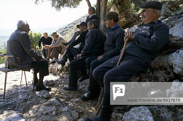 Felsbrocken  sitzend  Senior  Senioren  Mann