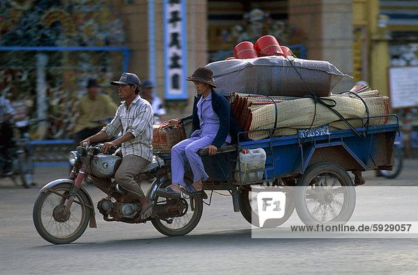 Profil  Profile  Frau  Mann  ziehen  fahren  Fuhrwerk  Mittelpunkt  Motorrad  Seitenansicht  Erwachsener  Vietnam
