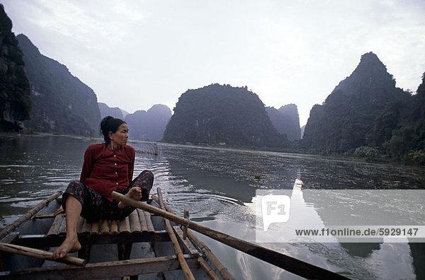 sitzend  Frau  Boot  Mittelpunkt  Erwachsener  Vietnam