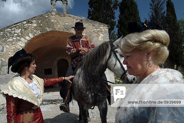 hinter  stehend  Frankreich  Frau  Mann  reifer Erwachsene  reife Erwachsene  2  reiten - Pferd  Provence - Alpes-Cote d Azur