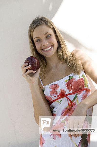 Portrait  Frau  lächeln  halten  jung  Apfel