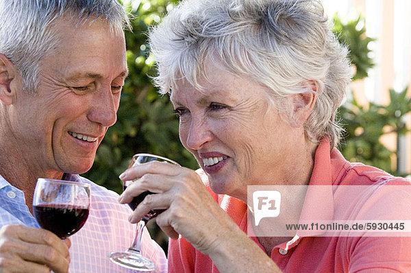 Senior  Senioren  lächeln  Wein  halten  Close-up  close-ups  close up  close ups  rot