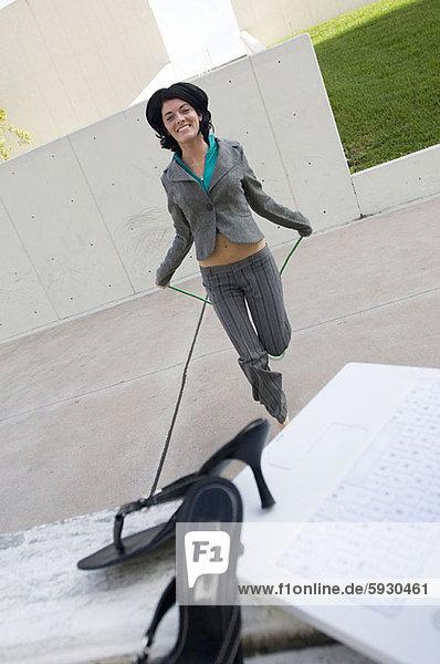 Portrait  Geschäftsfrau  Seil  Tau  springen
