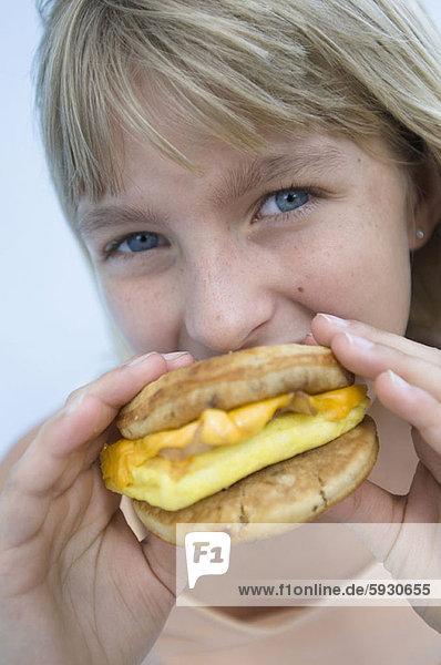 Portrait  Hamburger  essen  essend  isst  Mädchen