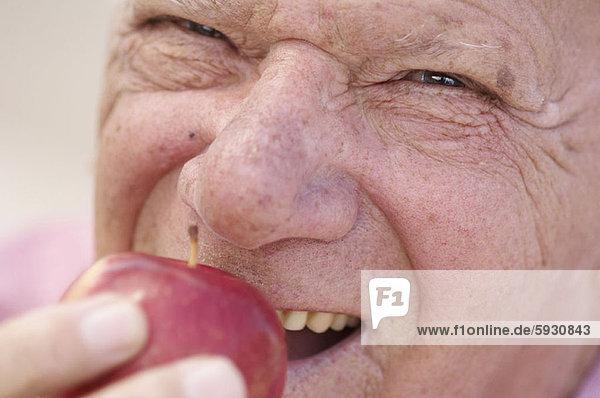 Senior  Senioren  Mann  beißen  Close-up  close-ups  close up  close ups  Apfel