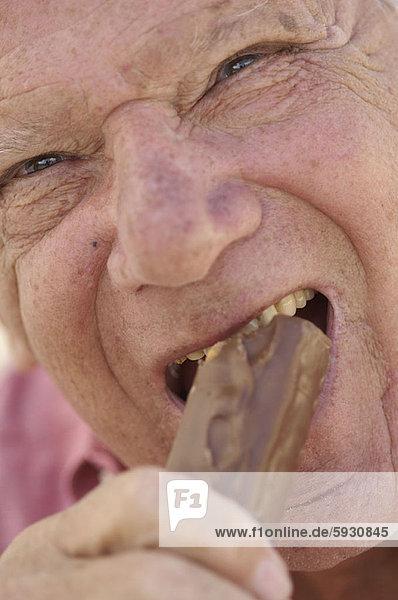 Senior  Senioren  Portrait  Mann  beißen  Schokolade