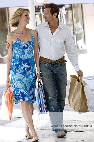 sehen  tragen  Tasche  kaufen  Mittelpunkt  Erwachsener