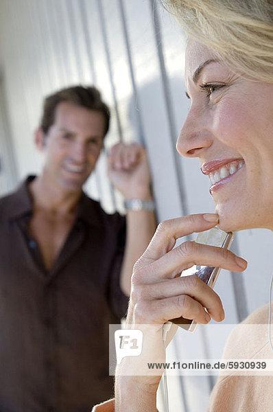 hinter  stehend  Frau  Mann  halten  Spiel  Close-up  close-ups  close up  close ups  Mittelpunkt  MP3-Player  MP3 Spieler  MP3 Player  MP3-Spieler  Erwachsener