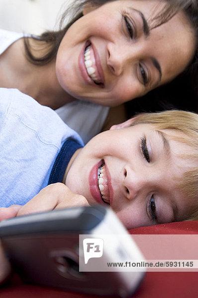 Handy  hinter  Junge - Person  halten  Close-up  close-ups  close up  close ups  Kurznachricht  Mutter - Mensch
