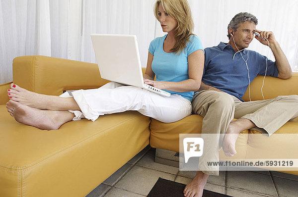 benutzen  Frau  Mann  zuhören  Notebook  Spiel  Mittelpunkt  MP3-Player  MP3 Spieler  MP3 Player  MP3-Spieler  Erwachsener