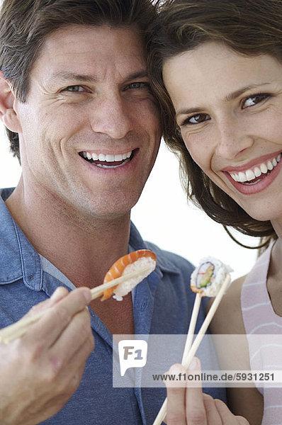 Portrait  Eßstäbchen  Sushi  halten  jung