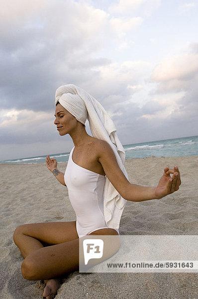 Profil  Profile  Frau  Strand  Meditation  jung  Seitenansicht