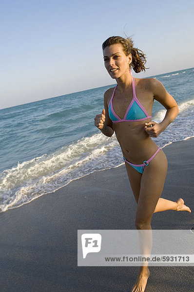 Frau  Strand  rennen  jung