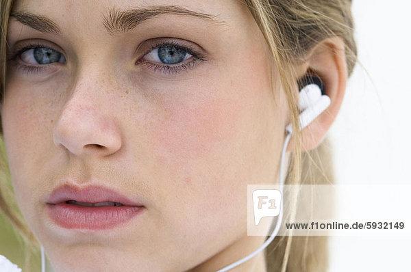 Portrait  Frau  zuhören  Kopfhörer  Musik  jung  Kleidung
