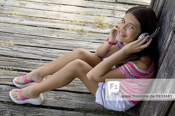 hoch  oben  Jugendlicher  zuhören  Kopfhörer  Musik  Ansicht  Flachwinkelansicht  Kleidung  Mädchen  Winkel