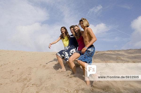 niedrig  Jugendlicher  rennen  Sand  Ansicht  2  Flachwinkelansicht  Düne  Winkel