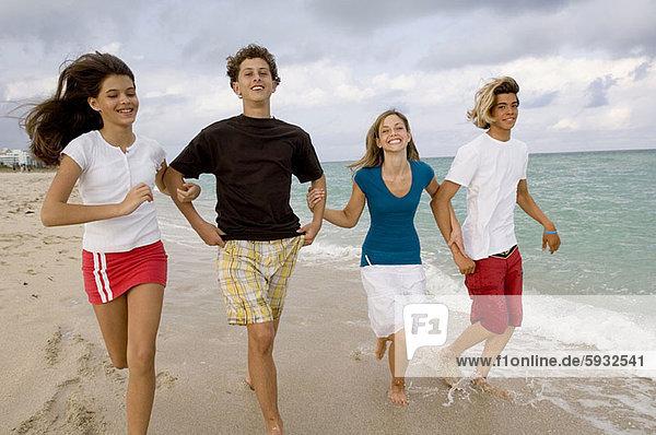 Jugendlicher  gehen  Strand  Junge - Person  halten  2  Mädchen